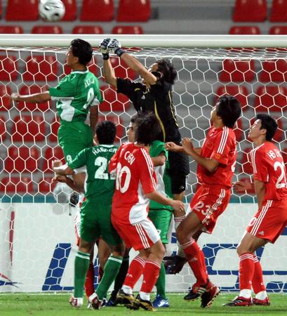 图文:中国1-0胜伊拉克 王大雷门前化险