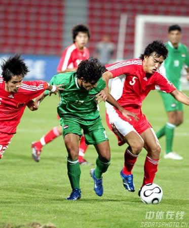 图文:中国国奥首战小胜伊拉克 队员夹击对手