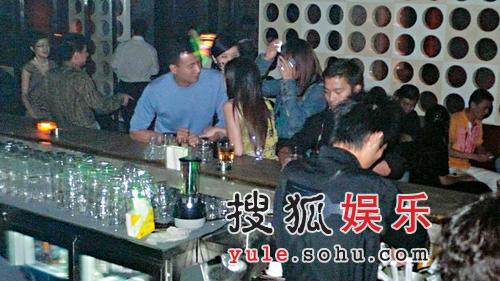 刘嘉玲机场嘟嘴撒娇 与胡军酒吧激情缠绵(图)