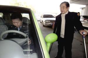 双腿残疾司机驾改装QQ上路 因无照被查处