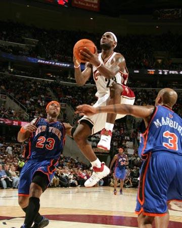 NBA图:常规赛骑士负尼克斯 詹姆斯急速突破