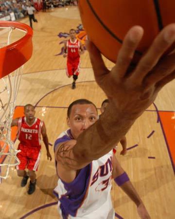 NBA图:火箭半场不敌太阳 马里昂反手上篮