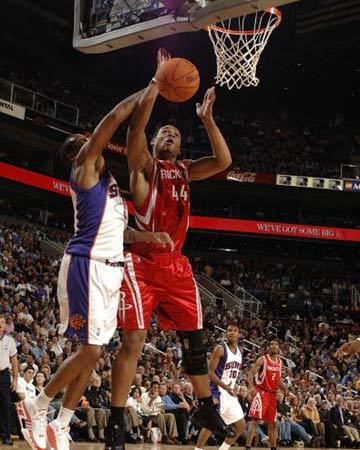 NBA图:火箭半场不敌太阳 海耶斯篮下强打罗斯