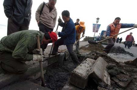 杭州西湖断桥桥面塌陷 市政工人及时抢修(图)