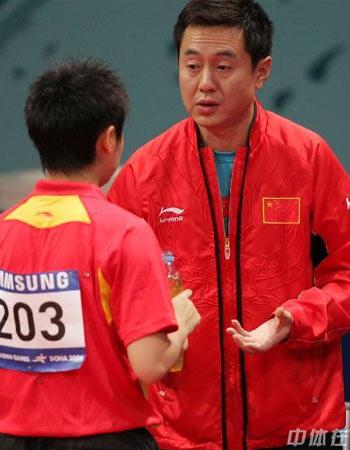 图文:中国女乒3-0中国香港 施之皓指导郭跃