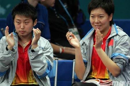 图文:中国女乒3-0取胜 郭跃李晓霞为队友加油