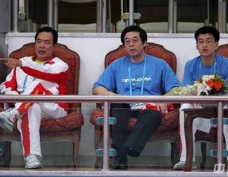 图文:中国女乒3-0中国香港 蔡振华观看比赛