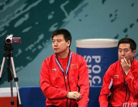 图文:中国女乒3-0中国香港 李隼旋之皓观战