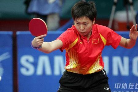 图文:中国女乒3-0中国香港 李晓霞在比赛中