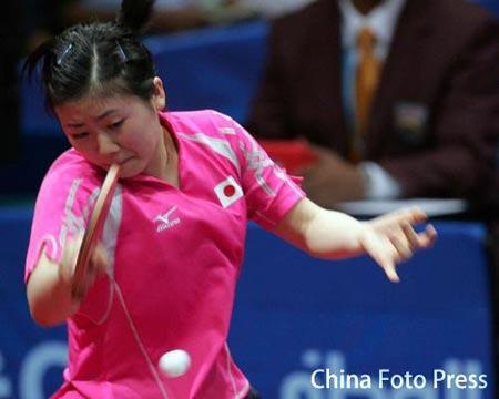图文:女子乒乓球团体赛战况 福原爱在比赛中