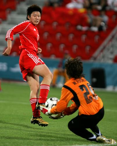 图文:女足中国队7-0泰国 泰国守门员奋力扑救