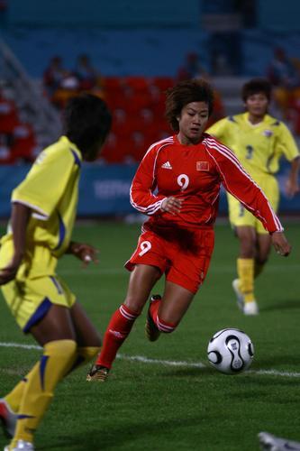 图文:女足小组赛中国队7-0泰国 韩端带球突破
