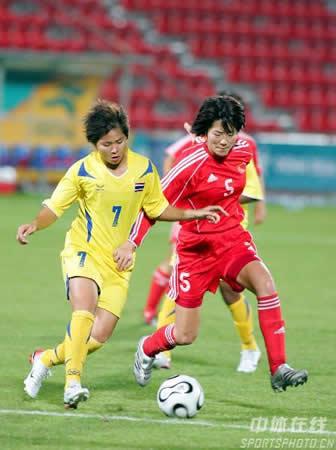 图文:中国女足7-0横扫泰国队 队长浦玮比赛中