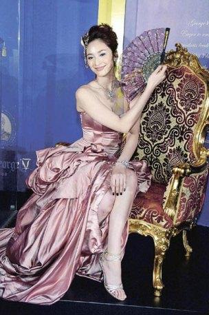 吴佩慈宫廷晚装亮相 胸前黄色彩绘成焦点(图)
