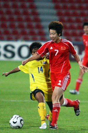 图文:亚运女足赛中国7-0泰国 毕妍带球突破
