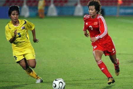 图文:亚运女足赛中国7-0泰国 韩端与对手拼抢