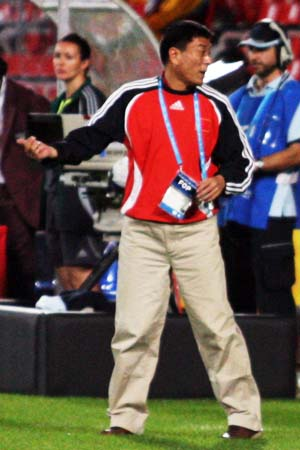 图文:亚运女足赛中国7-0泰国 马良行指挥比赛