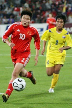 图文:亚运女足赛中国7-0泰国 马晓旭在比赛中