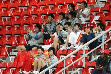 图文:亚运女足赛中国7-0泰国 男足为女足加油