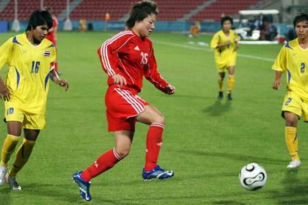 图文:亚运女足赛中国7-0泰国 任丽萍以一敌二