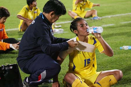 图文:亚运女足中国7-0泰国 泰国队员伤得不轻
