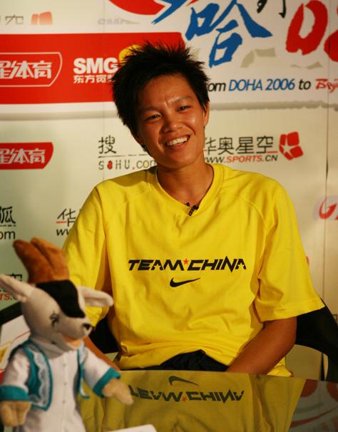 图文:中国女足队员做客聊天 李洁轻松回答