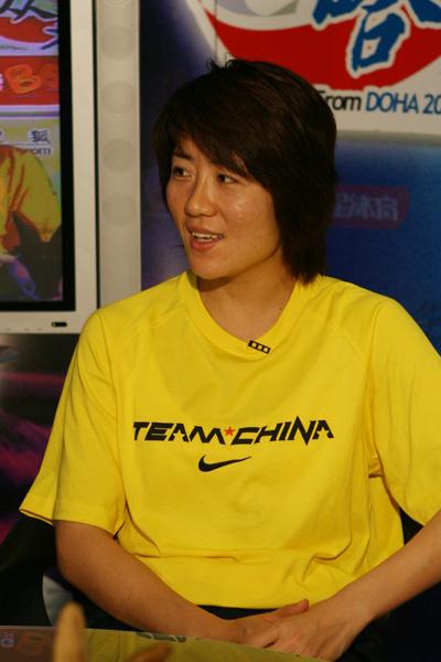图文:中国女足队员做客聊天 浦玮回答问题