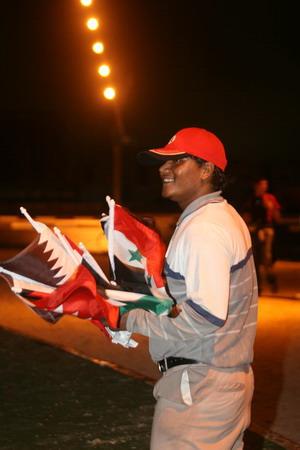 图文:多哈亚运开幕式举行 小贩售卖各国国旗