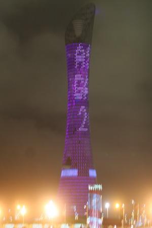 图文:多哈亚运开幕式举行 夜色中的紫色火炬