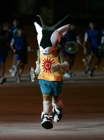 图文:多哈亚运开幕式 吉祥物奥利带队表演网球
