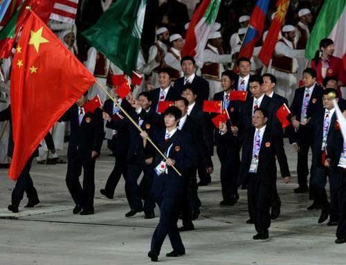 图文:开幕仪式中国代表团入场 鲍春来手持国旗