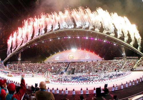 图文:多哈亚运开幕式点火仪式 焰火照亮体育场