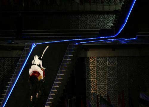 图文:亚运开幕式点火仪式 阿拉伯骑士策马奔腾