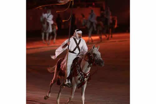 """图文:多哈亚运开幕式 大型表演之""""沙漠行者"""""""