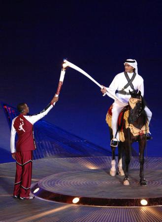 图文:多哈亚运会开幕式点火仪式 点燃骑士圣火