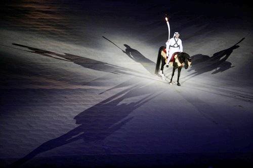 图文:第15届多哈亚运会开幕式 火炬手骑马现身