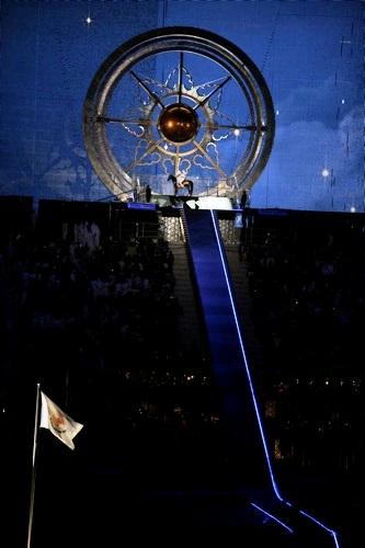 图文:第15届多哈亚运会开幕式 骑士点燃主火炬