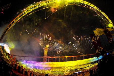 图文:多哈亚运会开幕式 礼花照亮哈里发体育场