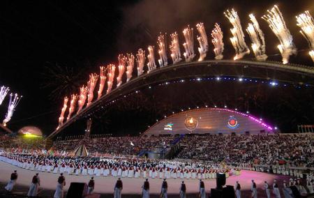 图文:多哈亚运会开幕式点火仪式 璀璨礼花升空