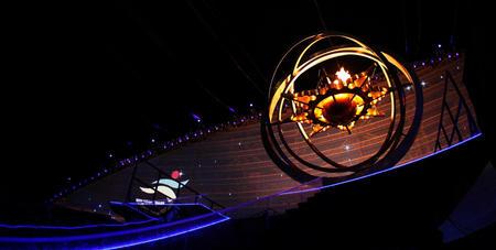 图文:多哈亚运会开幕式 场内星盘火炬台被点燃
