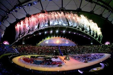 图文:第15届多哈亚运会开幕式 焰火照耀体育场