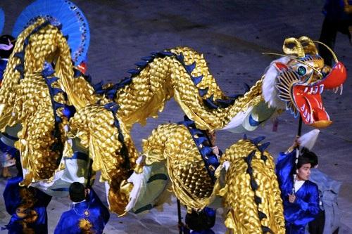 图文:第15届多哈亚运会开幕式 日本的舞龙表演