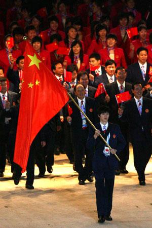 图文:亚运开幕式中国代表图入场 鲍春来担旗手