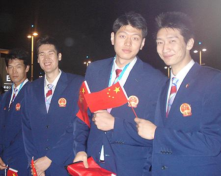 图文:进场前的中国代表团 中国男篮队员