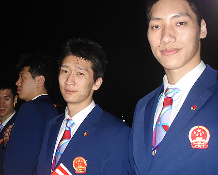 图文:进场前的中国代表团 唐正东在现场