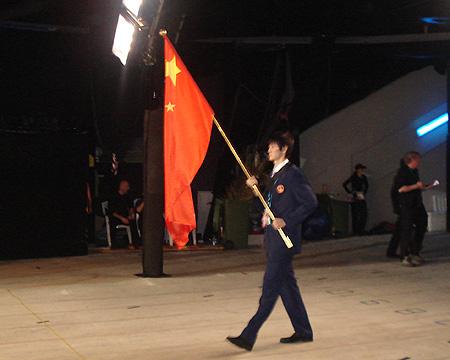 图文:进场前的中国代表团 鲍春来手举国旗