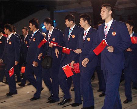 图文:进场前的中国代表团 男篮队员手持国旗