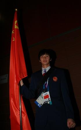 图文:搜狐体育直击开幕式 手持国旗的鲍春来