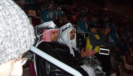 图文:卡塔尔民众热情高涨 塑料袋当斗笠