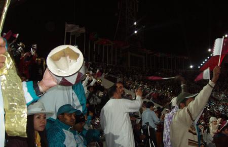 图文:卡塔尔民众热情高涨 市民敲破鼓